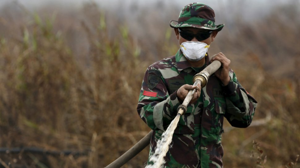 indonesia-palm-oil-fire-fighter-1