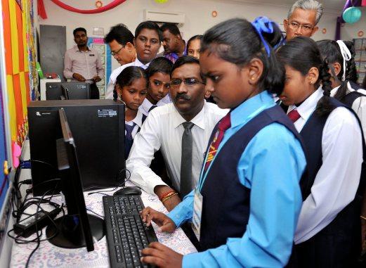 KUALA SELANGOR, 28 Jan -- Timbalan Menteri Pendidikan l, Datuk P Kamalathan memerhatikan pelajar J Ann Juanita, 10, menggunakan kemudahan pelajaran di Bilik Darjah Abad Ke-21 selepas merasmikannya sempena lawatan ke Sekolah Jenis Kebangsaan Tamil (SJKT) Ladang Coalfields hari ini.  -- fotoBERNAMA (2016) HAK CIPTA TERPELIHARA